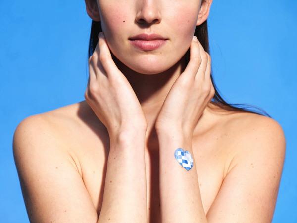 Nouveau pach électronique détecteur de l'exposition aux Uvs - Innovation L'Oréal pour La Roche Posay - Article Beauty News Les Mousquetettes
