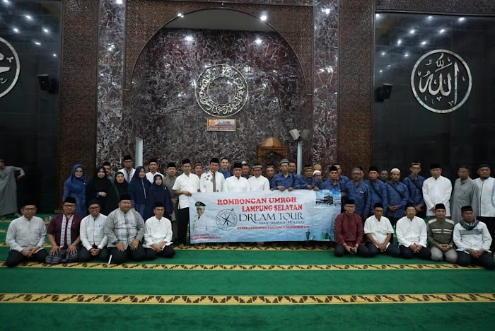 Plt.Nanang Ermanto Lepas jamaah umroh Lamsel Di Masjid Agung Kalianda
