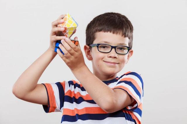 anak kecil hobi main rubik