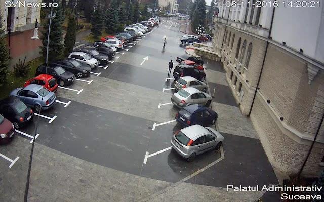 Locuri de parcare trasate pe pietonalul din fața Palatului Administrativ