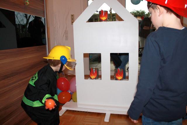 Feuerwehr Geburtstag Kindergeburtstag Feuerwehrmann Sam Jules kleines Freudenhaus Spielidee Haus Brand loeschen