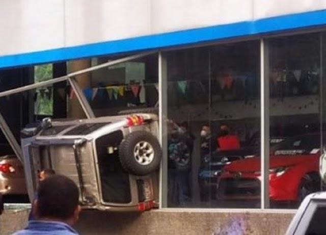CARRO VOLADOR   Vehículo se estrella contra un concesionario en Caracas