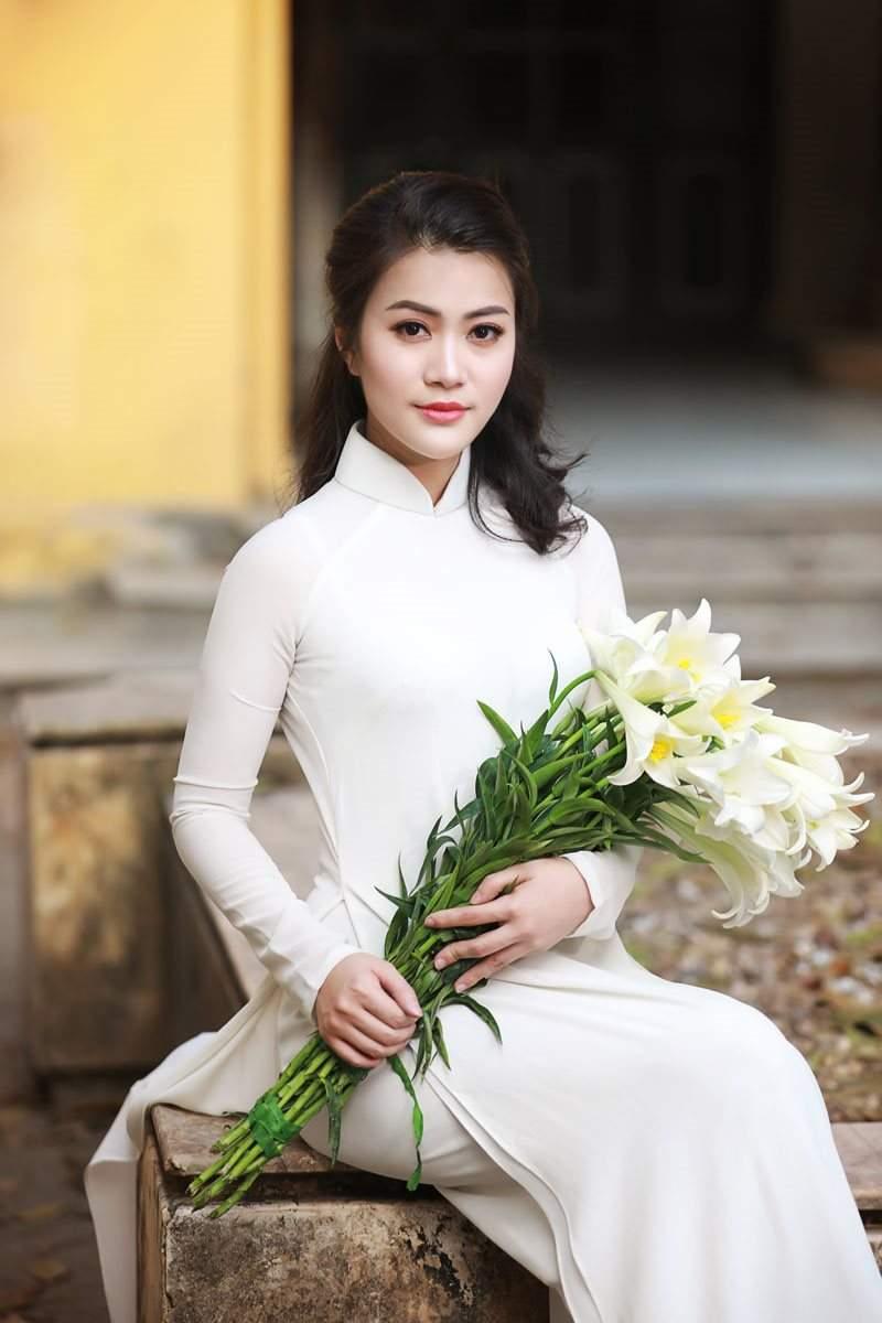 Bà mẹ một con Hà Thành dịu dàng như thiếu nữ 18 bên hoa loa kèn! - Ảnh 4