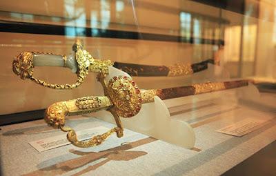 """""""An dân bảo kiếm"""" của vua Khải Định được làm bằng vàng và đồi mồi"""