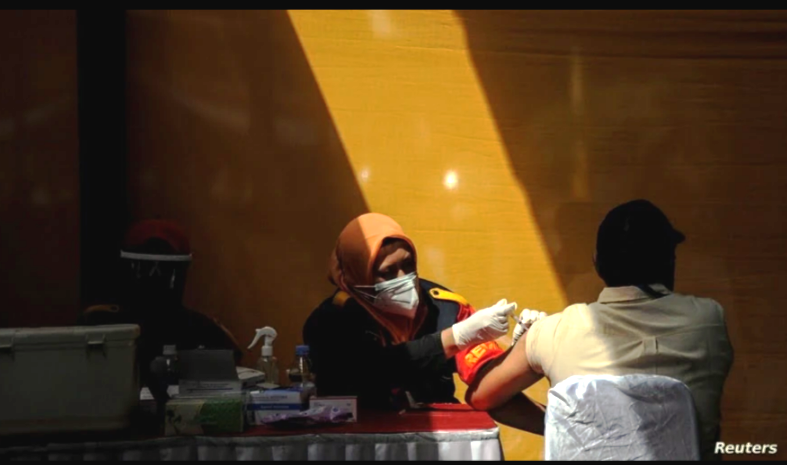 Un trabajador recibe una dosis contra el COVID-19 en una fábrica en Sumedang, Indonesia, el 5 de agosto de 2021. Existe una creciente preocupación por el impacto de una nueva oleada del virus en la economía mundial / REUTERS