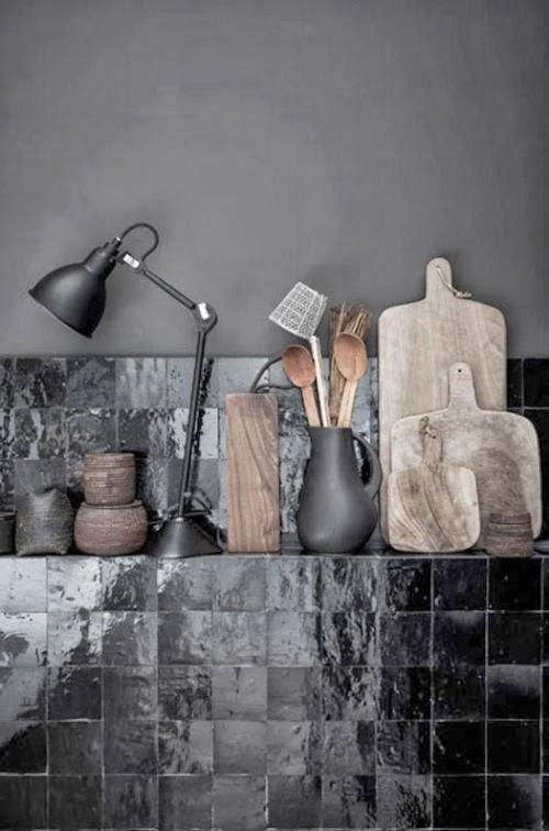 Blog Leuchtend Grau: Schwarze Fliesen und schwarze Wandfarbe in einer Küche