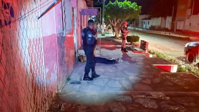 Homem é morto a tiros em calçada de residência em Mossoró, RN