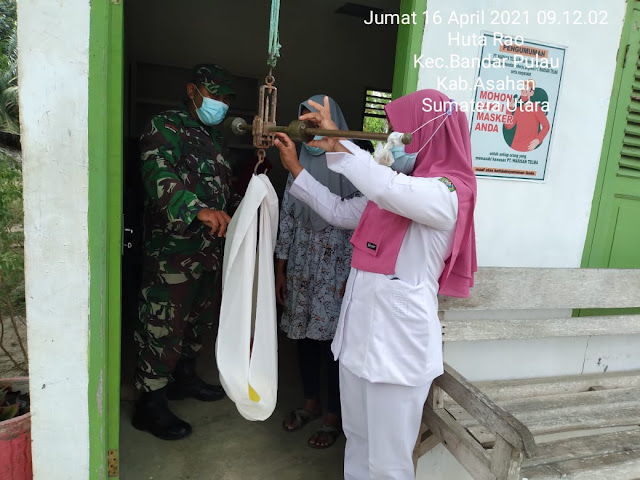 Dengan Kepedulian Kesehatan Ibu Dan Anak, Personel Jajaran Kodim 0208/Asahan Dampingi Bidan Desa Kegiatan Posyandu
