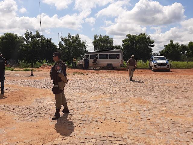 Forças de segurança fazem operação em transporte irregulares de pessoas, descumprimento de normas e exposição de risco à saúde em Correntina e Santa Maria da Vitórai