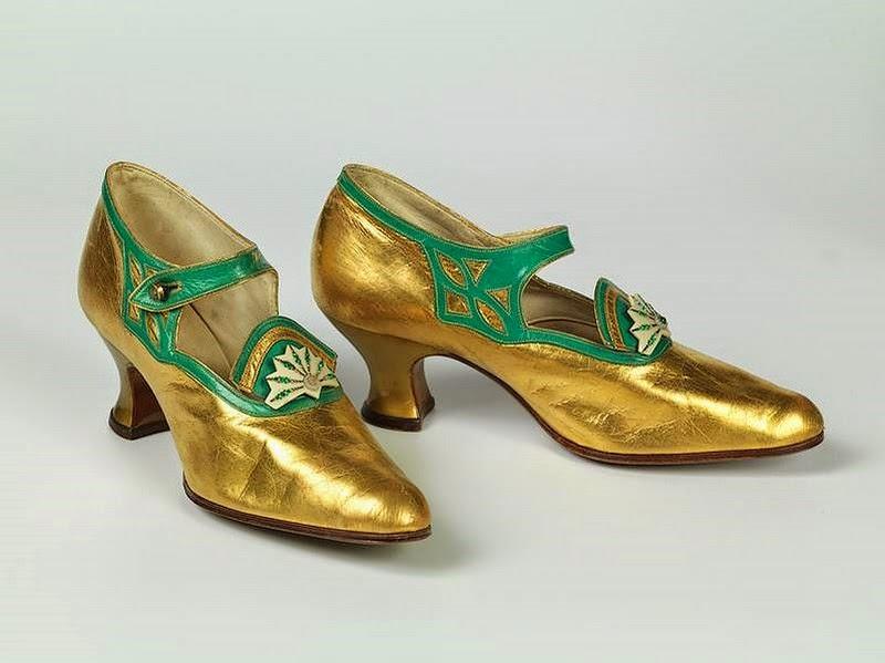91fc718cfbfcb Véronique Chemla  L histoire sous les pieds. 3000 ans de chaussures
