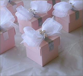 Idee marturii botez fetita tematica balerina cutii roz cu funda alba si cruciulite argintii