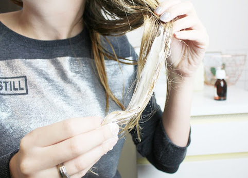 Majonez na włosy. Przepis na domową maseczkę do włosów suchych i matowych.