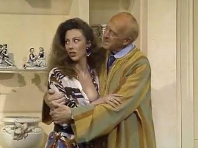 Uno strafatto Raimondo Vianello abbraccia la signora Valeria ''senza inibizioni''