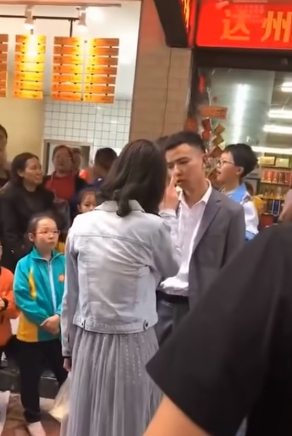 The whole episode was captured on CCTV and on spectators' phone cameras, and shows the irate woman acting out furiously, scolding her partner and hitting him quite violently because she did not get a new smartphone as she had requested on the holiday.