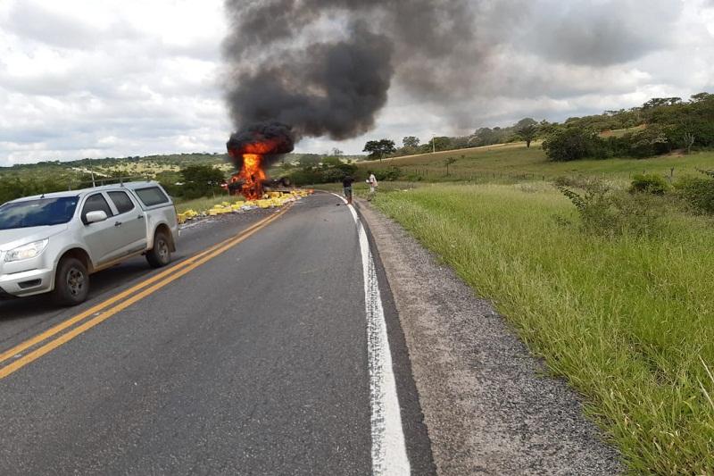 Brumado: Caminhão carregado com cerveja capota e pega fogo na BR-030