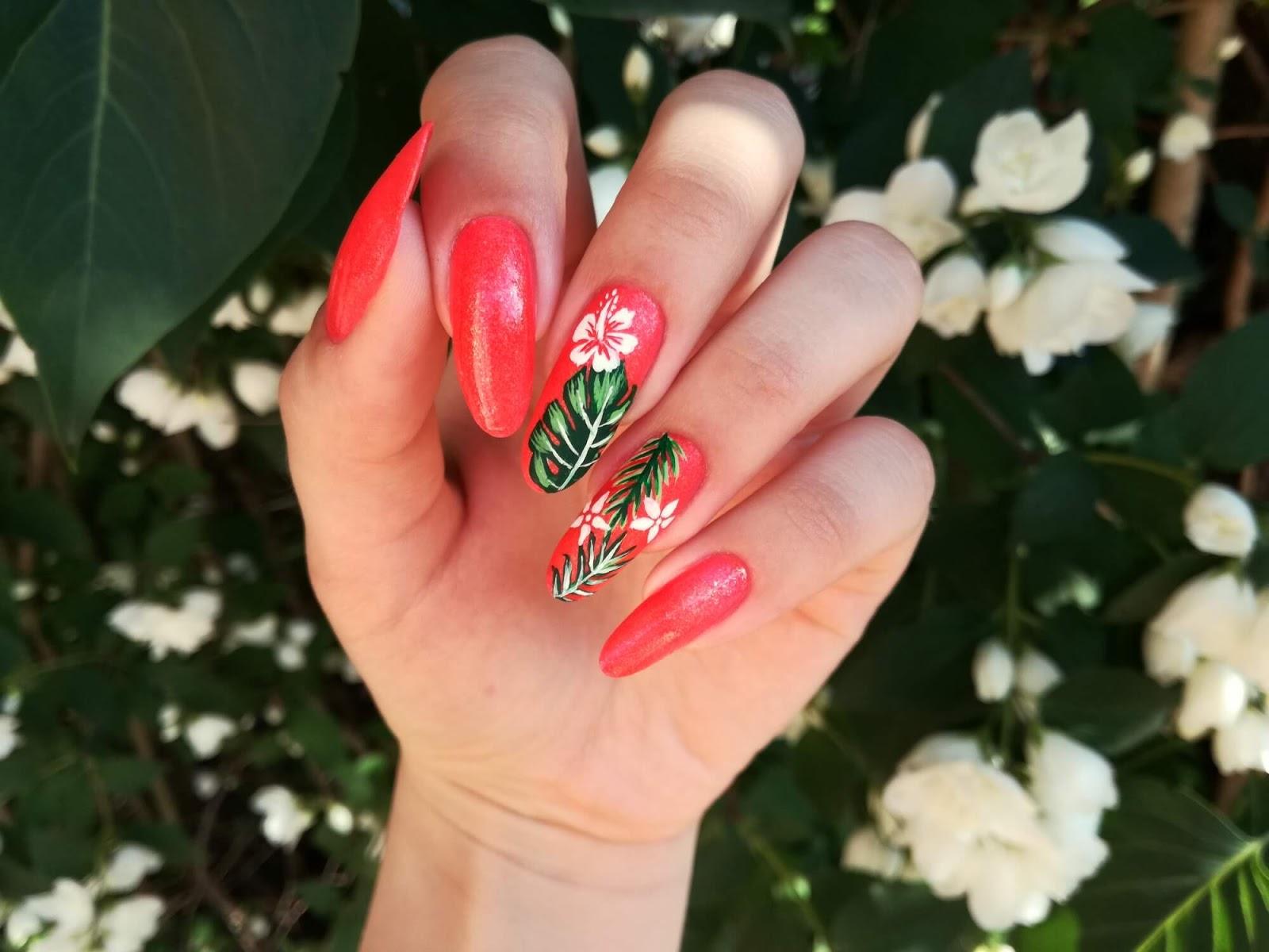 hawajskie kwiatki na paznokciach