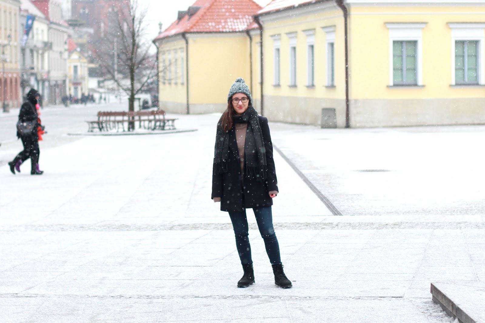 płaszcz Zara, czarne Timberlandy, black Timnerland boots, sinsay beanie, szalik z z sinsay, jeansy mango