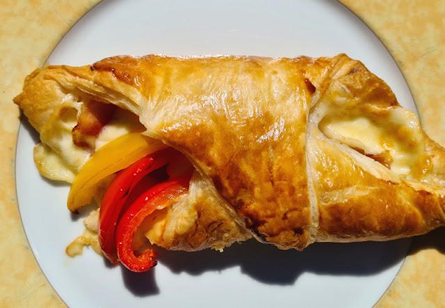 Ein Rezept, zwei Varianten: Blätterteig-Taschen mit Spargel und Blätterteig-Taschen mit Paprika. Leckere Variationen für Kinder und Eltern, auch wenn die Geschmäcker verschieden sind.