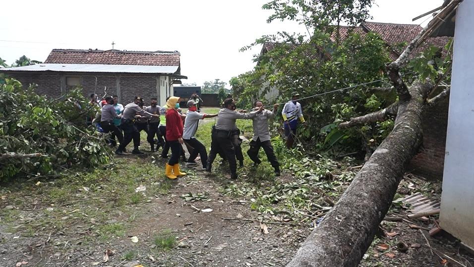 Polres Purbalingga Terjunkan Puluhan Personel Kerja Bakti di Lokasi Bencana Alam
