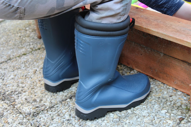 bottes pour enfant de couleur bleu pour la pluie