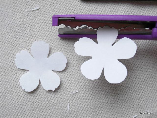 nożyczkami robimy ząbki na płatkach