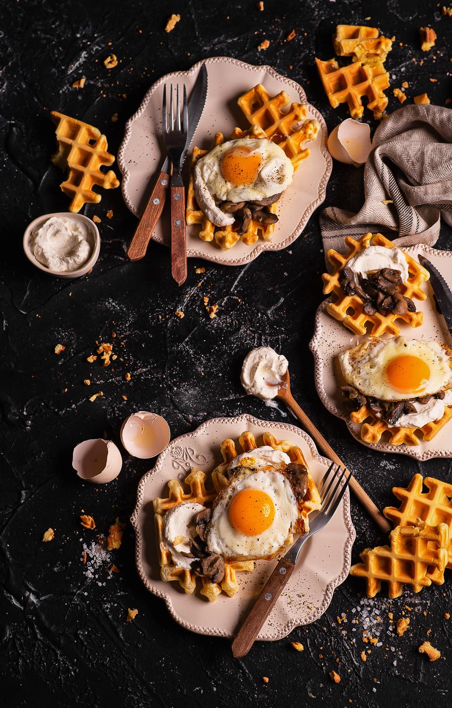 Gofry z serkiem chrzanowym, pieczarkami i jajkiem