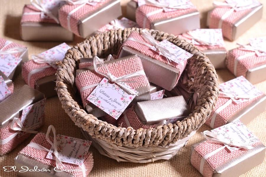 detalles de boda jabones en rosa y plata
