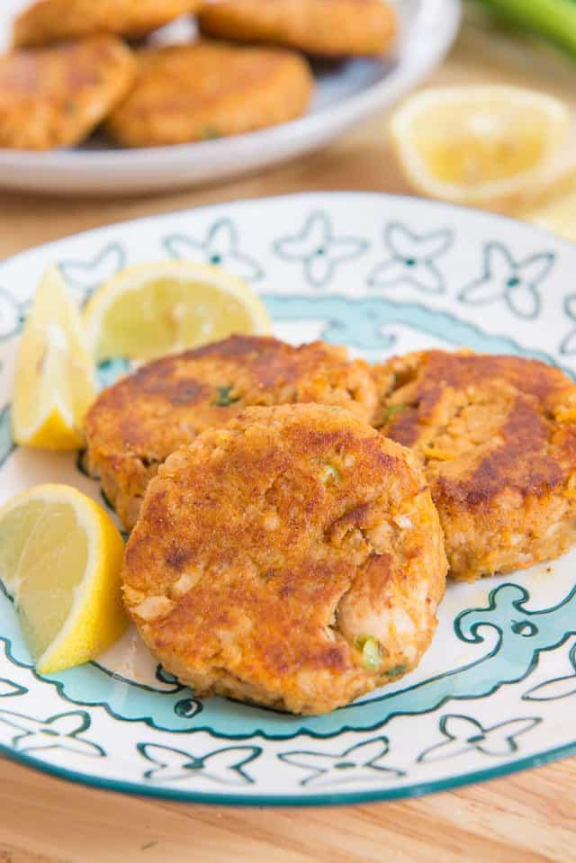 Easy Salmon Cakes Patties Recipe #salmon #cakes #patties #seafood #salmonrecipe
