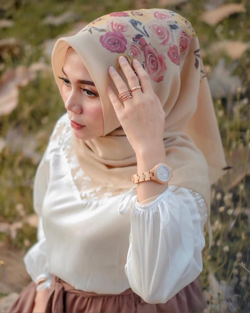 Trend Model Jilbab Lebaran Jilbab Segi Empat bermotif Bunga dan Printing Floral Patter