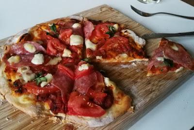 Tiefkühlpizza selbstgemacht (mit Variationen) - Salami-Pizza