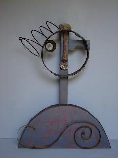 escultura abstracta con técnica de assemblage hecha con materiales encontrados