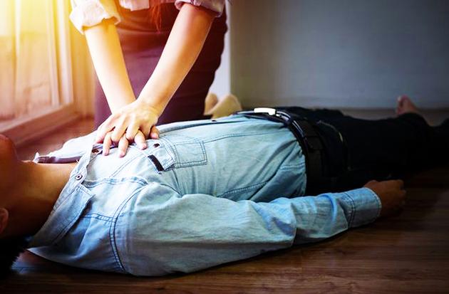 Gambar Pertolongan pertama pada pasien yang berhenti bernafas