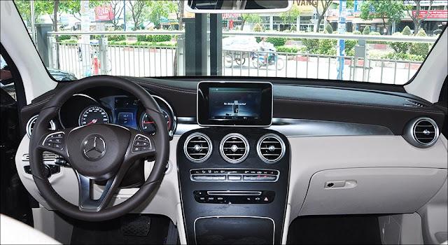 Bảng taplo Mercedes GLC 300 4MATIC 2019 được ốp Gỗ Open-pore ash màu Đen