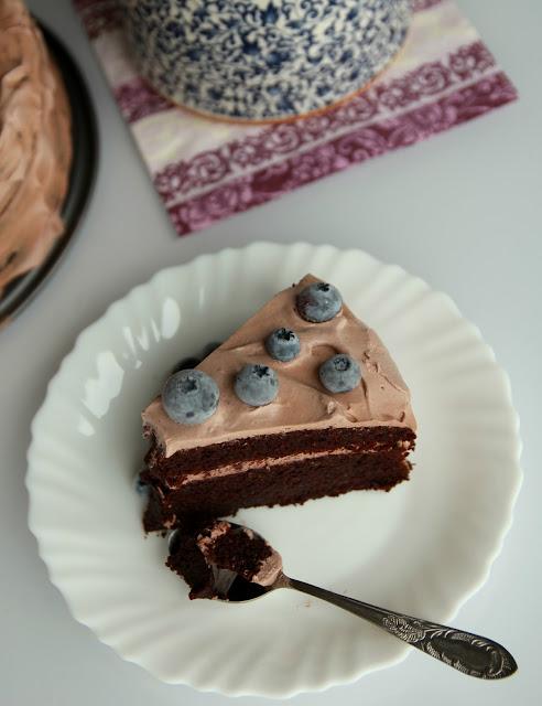 veganiškas-šokoladinis-tortas-su-kremu