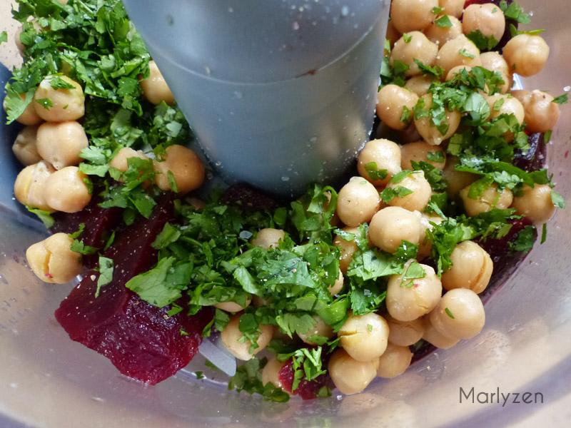 Mixez tous les ingrédients du houmous à la betterave.