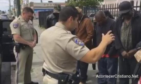 Policías orando por indigentes