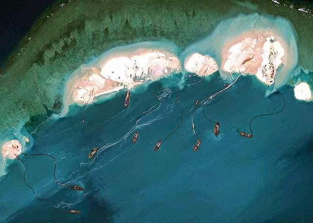 Nuvem de barcos chineses joga areia sobre corais de Mischief para forjar ilhas. Foto Digital Globe.