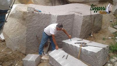 Bizzarri fazendo o que gosta, garimpando pedras para as construções com pedra sendo vários tipos de pedra folheta com várias cores. Na foto a pedra folheta média de 60x120 cm com 17 cm de espessura, pedra para mesas de pedra, bancos de pedra, guias de pedra, parede de pedra, escada de pedra e caminho de pedra. Gosto de escolher as pedras e já imaginando cada trabalho com pedras que vou executando.