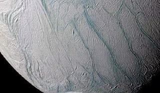 Laut Beku di Enceladus Mirip Danau di Bumi