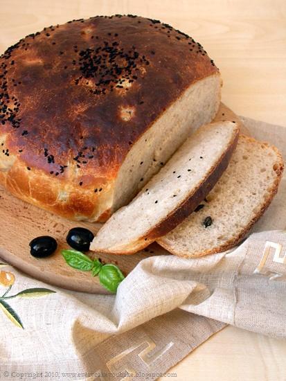 chleb grecki Pan de Horiadaki z oliwkami i czarnuszką