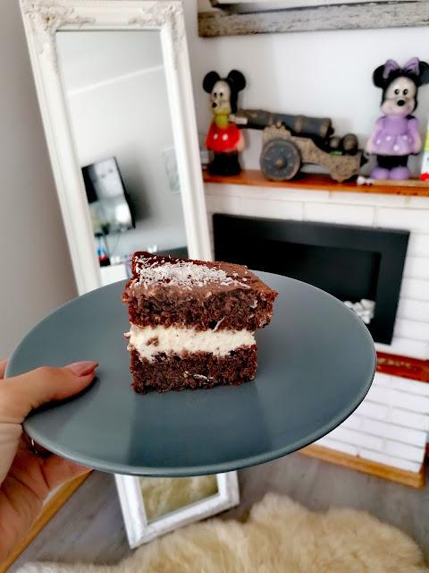 Ciasto czekoladowe przekładane kremem mascarpone (Murzynek z kremem)