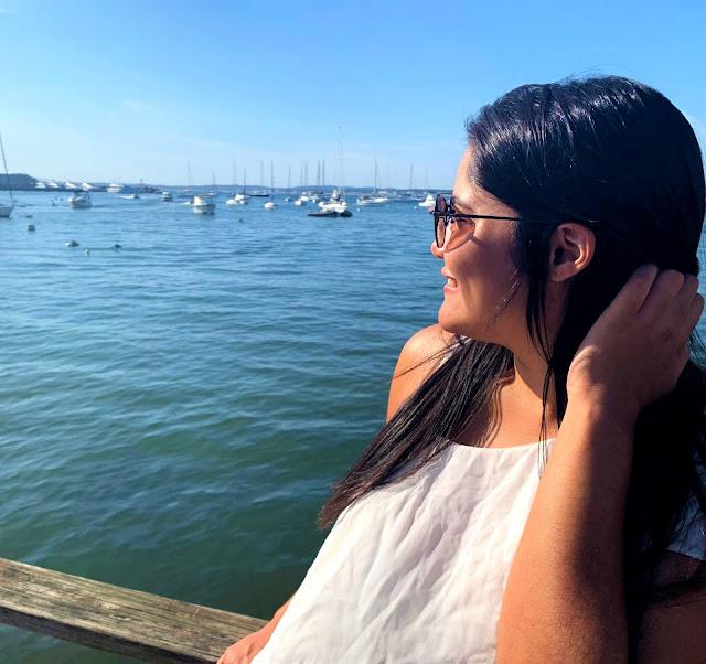 mulher de perfil olhando para um lago