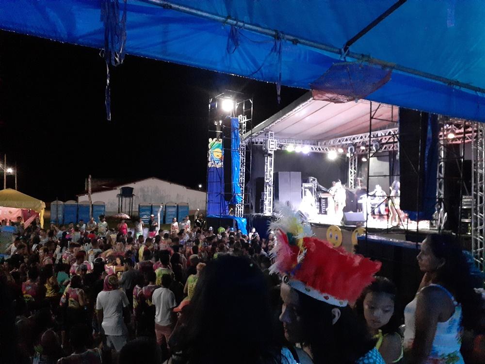 Gil Mendes anima multidão de foliões na última noite de