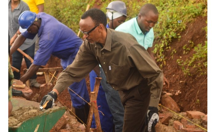 Perezida Kagame yifatanyije n'abanya Kayonza gukora umuyoboro w'amazi