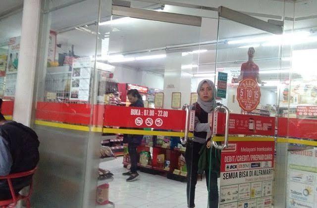 Jawaban Kocak untuk Cerita Perempuan Berhijab Lebar yang  'Nginthilli' di Alfamart