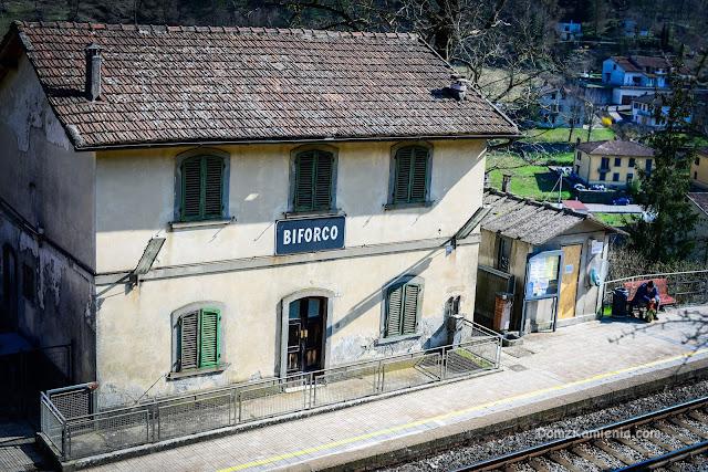 Stacja w Biforco, Toskania nieznana, blog Dom z Kamienia