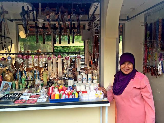 20 Tahun Berjualan Rosario dan Benda Rohani, Ibu Muslim ini Sekolahkan Anaknya Hingga Lulus