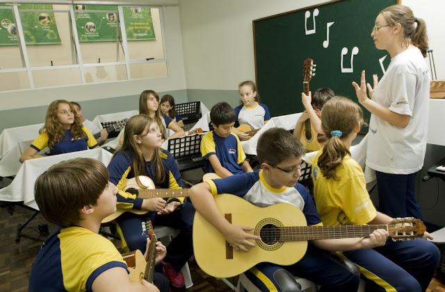 Aula de música melhora a capacidade cognitiva das crianças e deve estar no currículo escolar, diz estudo