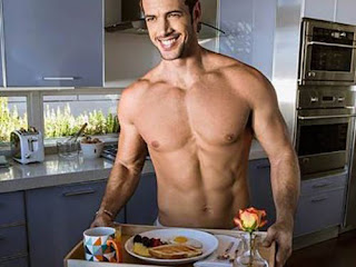 hombre musculoso sin camiseta con una bandeja de desayuno