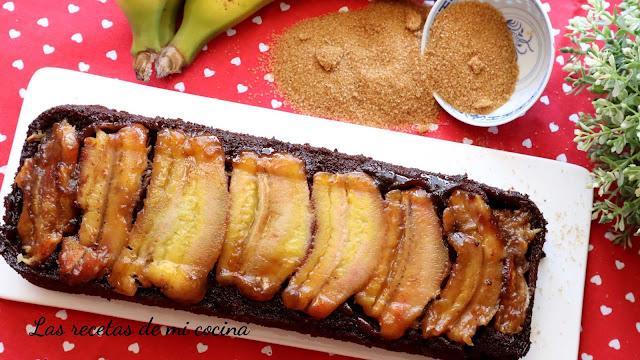 Bizcocho de chocolate y plátano al revés